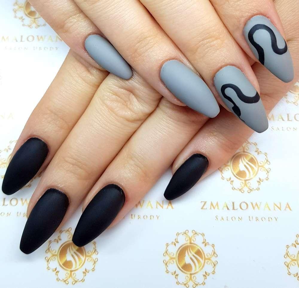 czarno szarne długie paznokcie żelowe w trumienke z wzorkiem