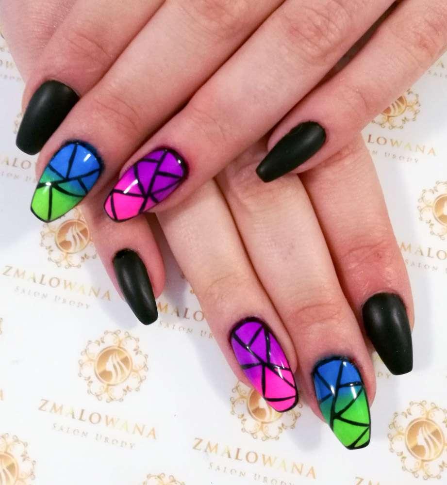 czarne długie paznokcie żelowe w trumienke z wzorkiem