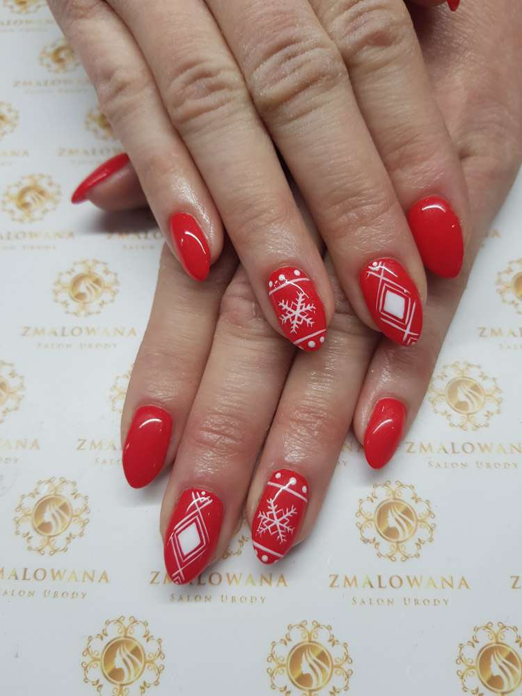 krótkie czerwone paznokcie świąteczne w wzory hybrydowe