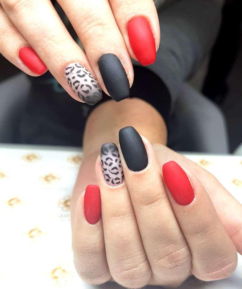 czerwone paznokcie w panterke, matowe, krótkie kwadraty