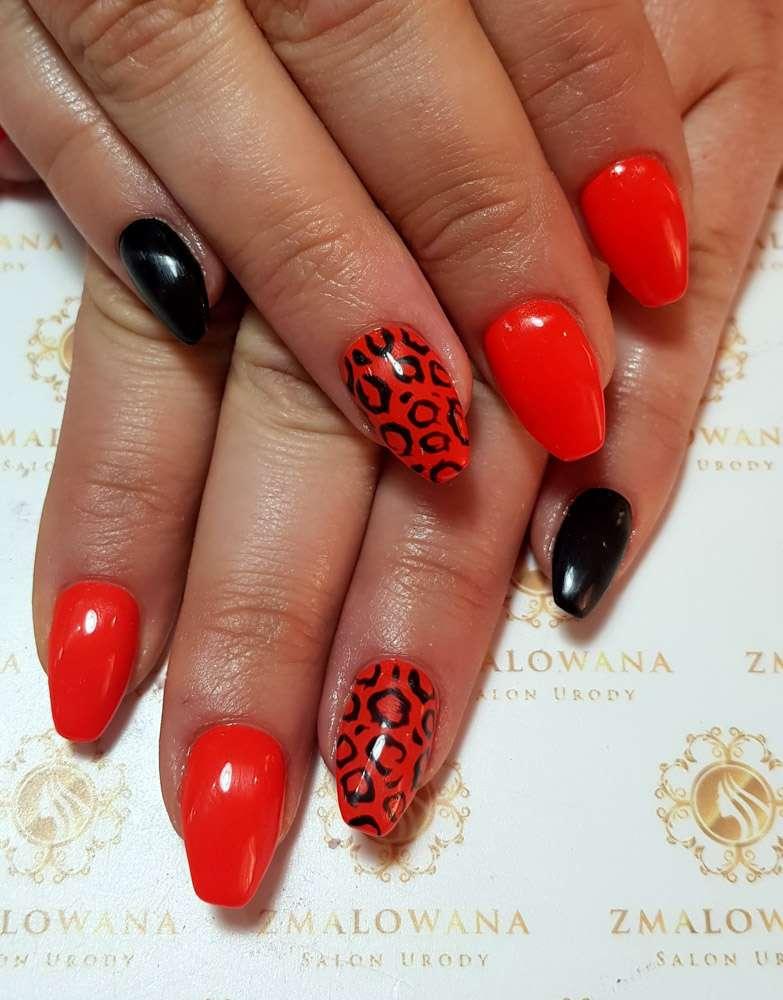 czerwone, czarne paznokcie w trumienke z wzorkiem, panterka, żelowe