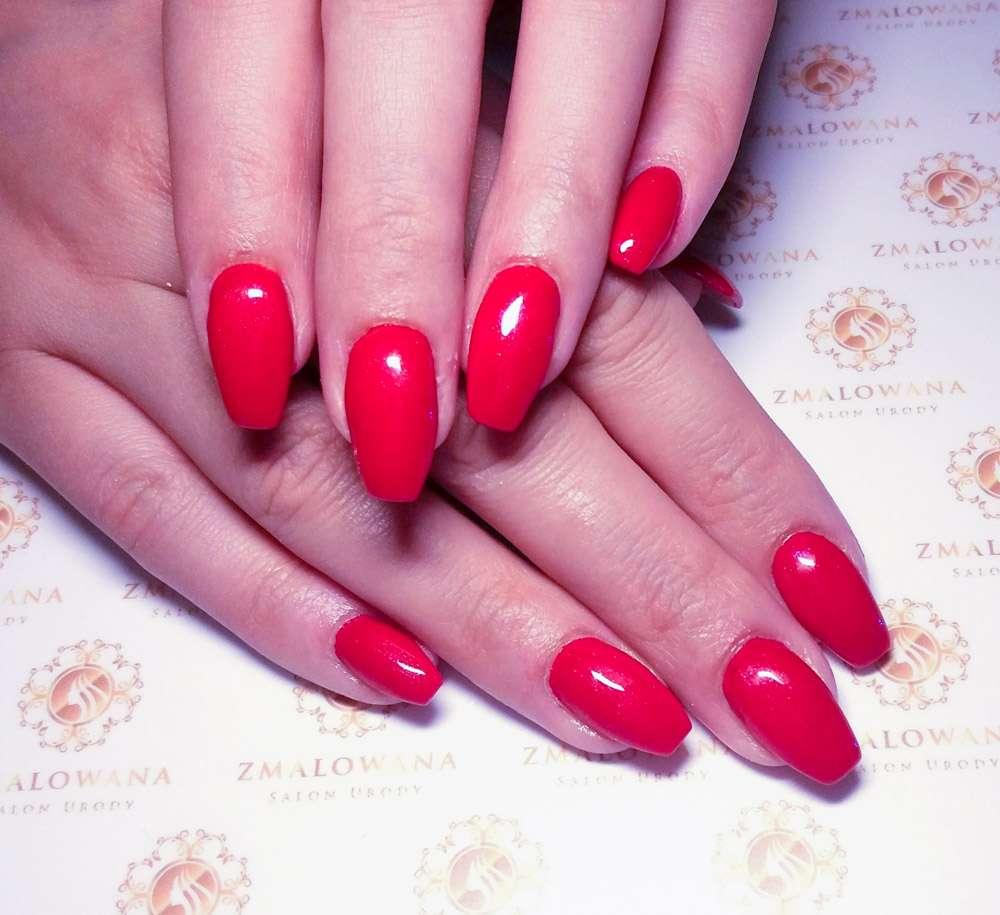 długie czerwone paznokcie hybrydowe w kwadrat