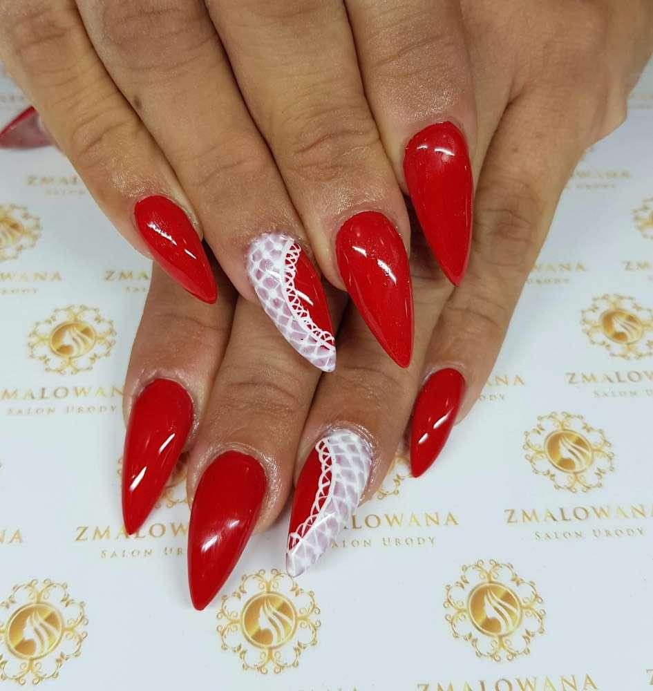 czerwone paznokcie żelowe z wzorkiem, koronka