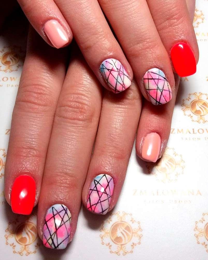 krótkie paznokcie kolorowe w kwadrat z wzorkiem