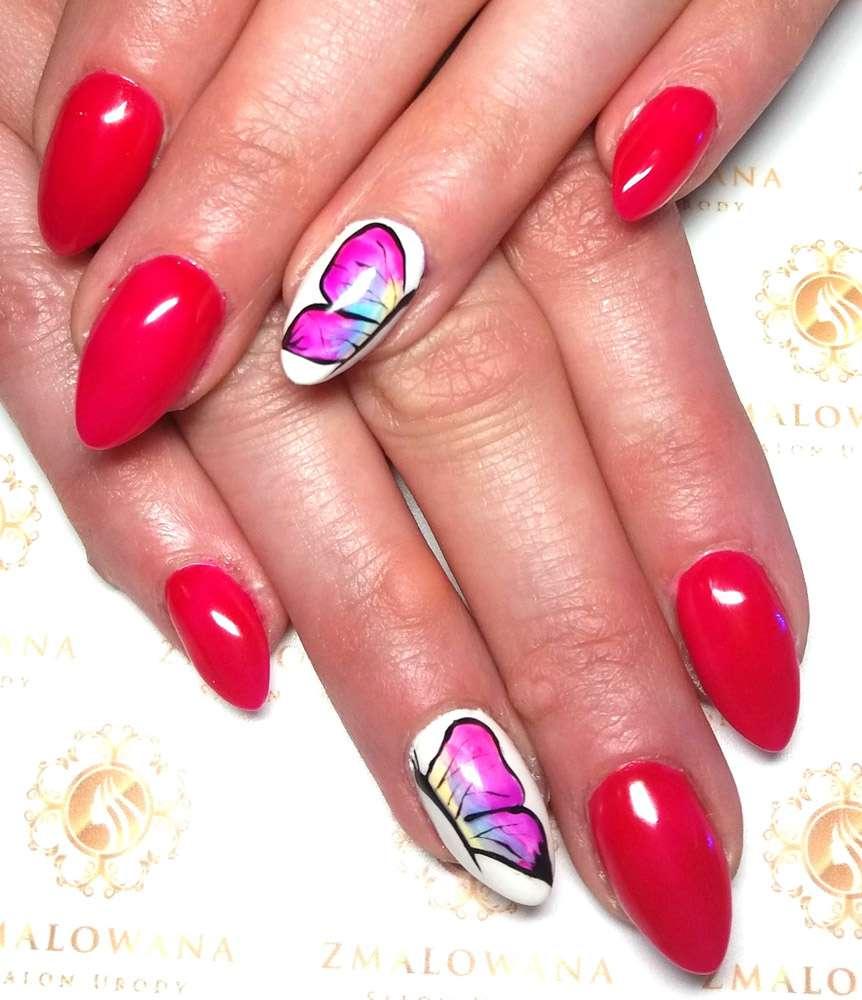 długie czerwone paznokcie w migdał z motylkiem, wzorkiem hybrydowe