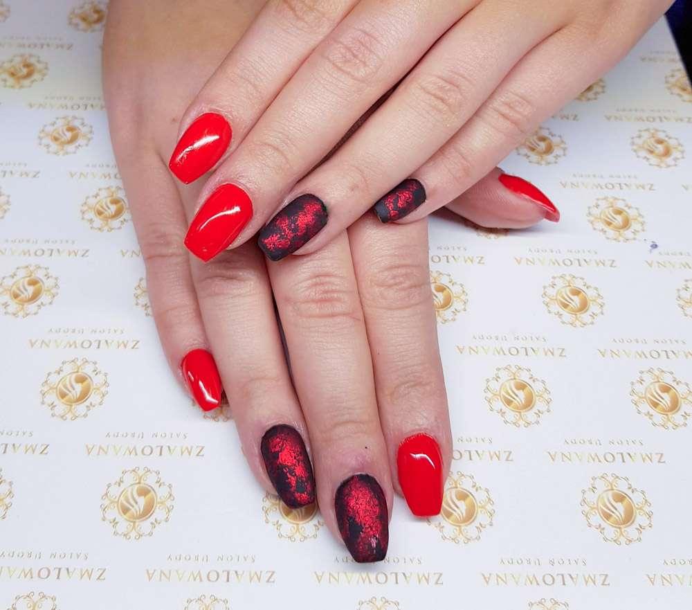długie paznokcie w kwadrat czerwone, czarne z folią transferową, matowe