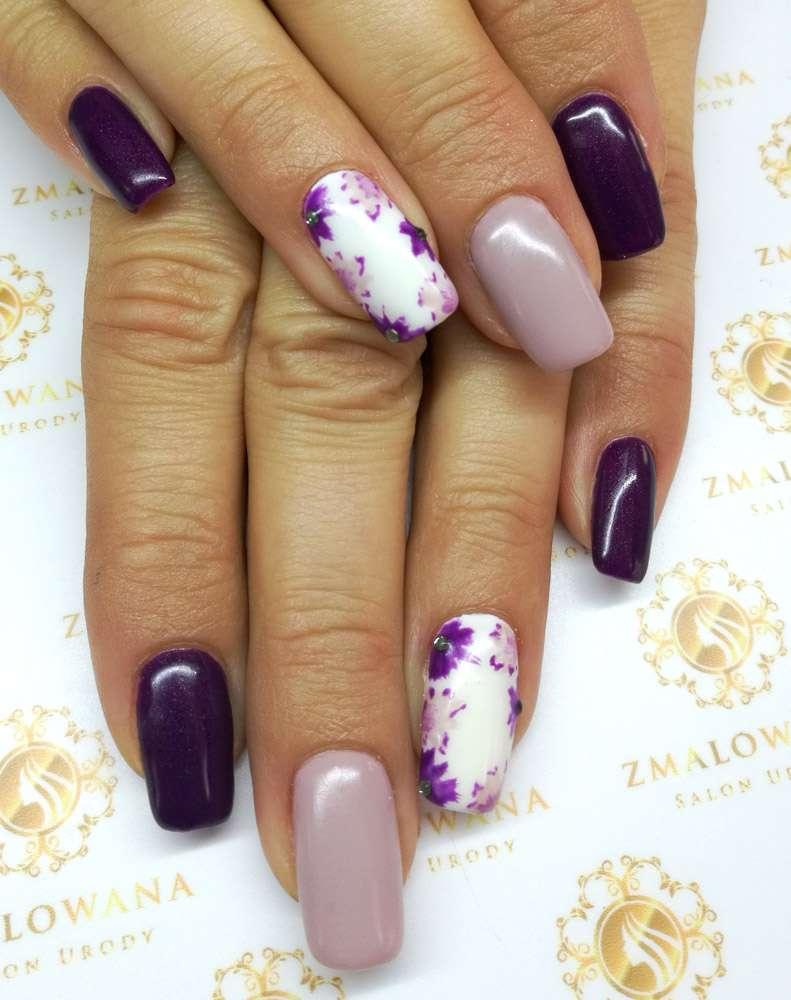 kolorowe paznokcie długie w kwadrat z kwiatkami, wzorem