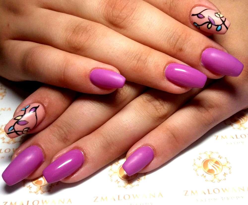fioletowe długie w kwadrat paznokcie z wzorem