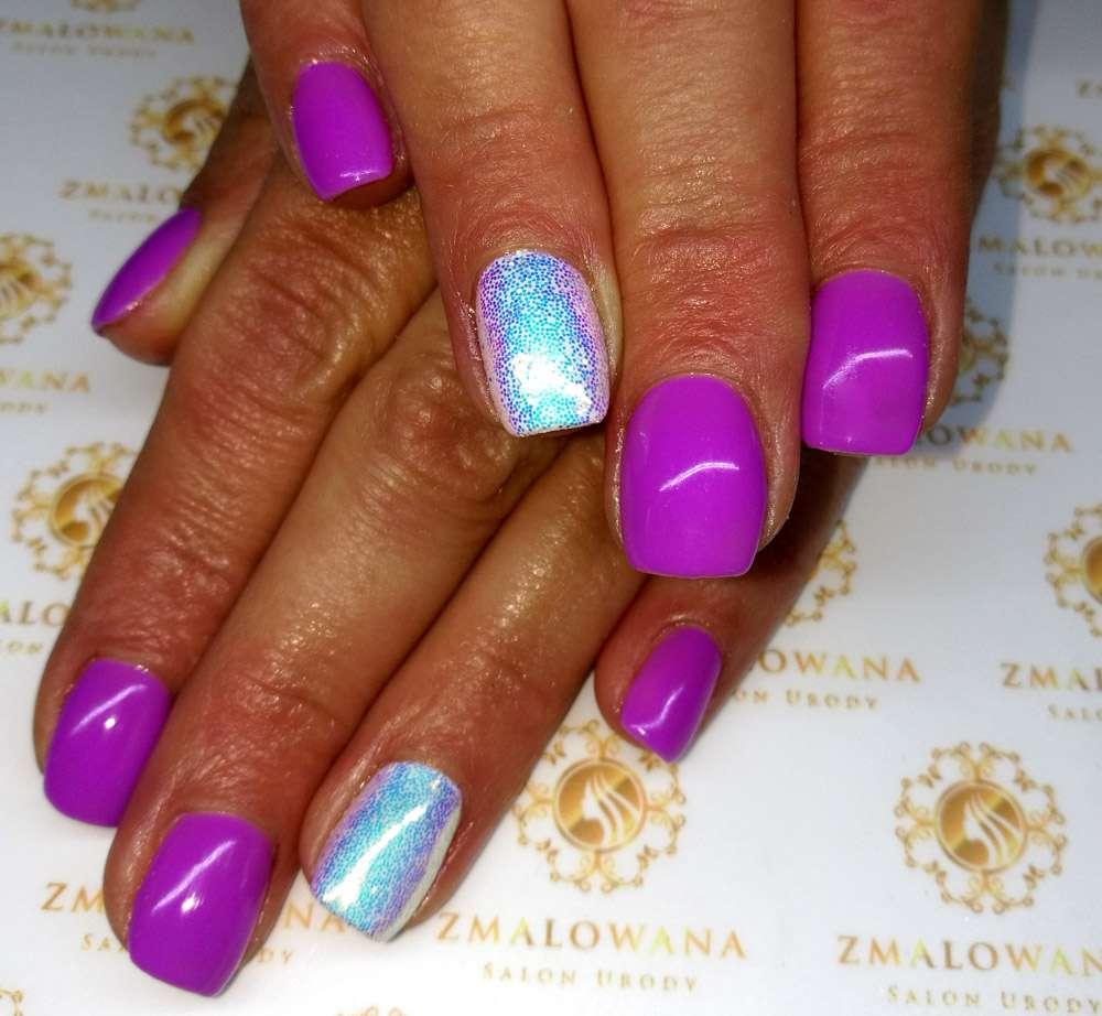fioletowe krótkie kwadratowe paznokcie z pixel