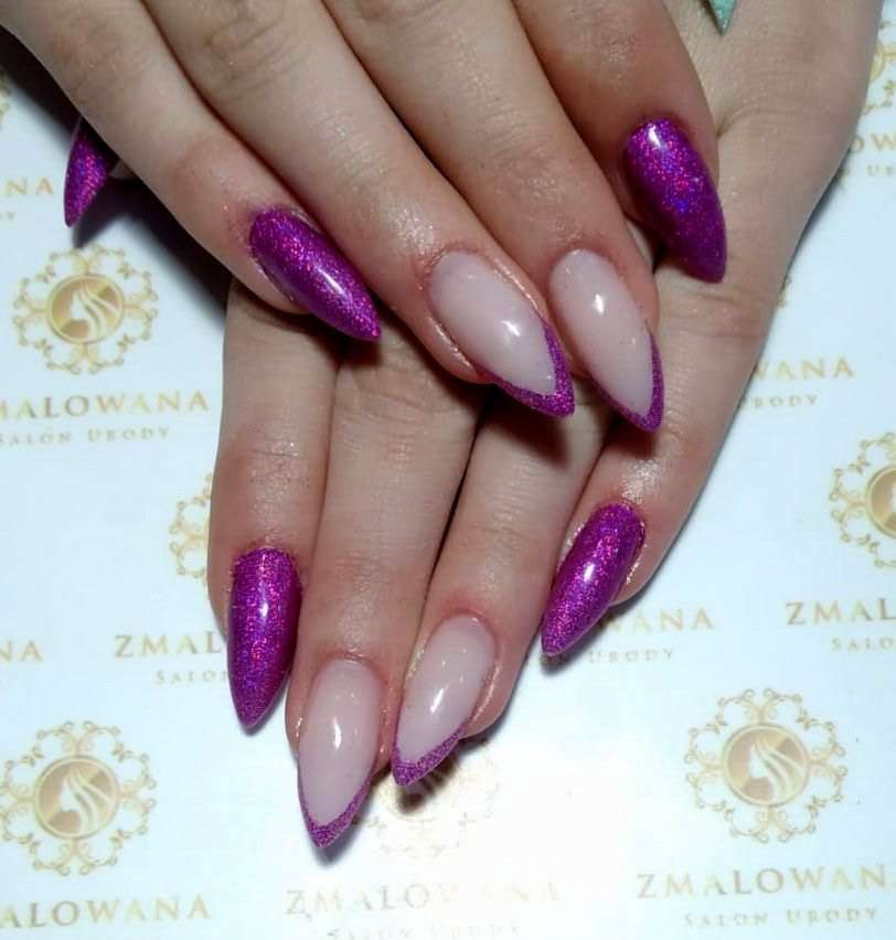 długie żelowe paznokcie, fioletowe z manicure francuskim z brokatem