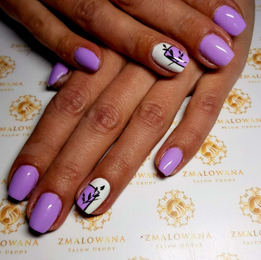 fioletowe krótkie w kwadrat z wzorkiem paznokcie