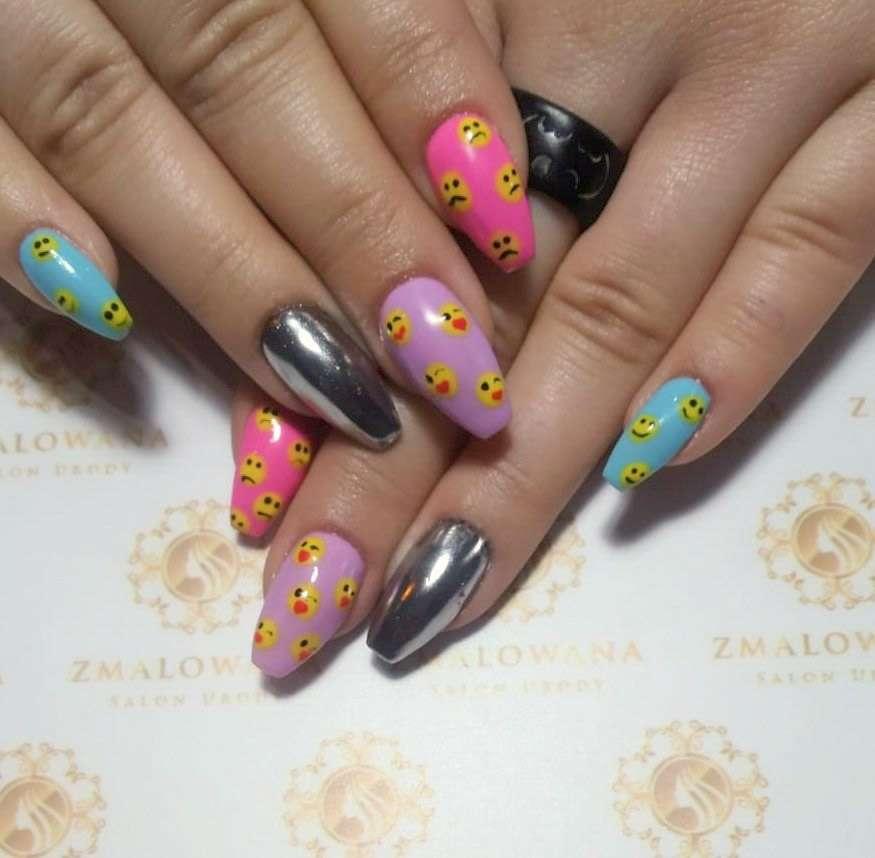 kolorowe paznokcie z buźkami i efektem lustra, w trumienki, żelowe