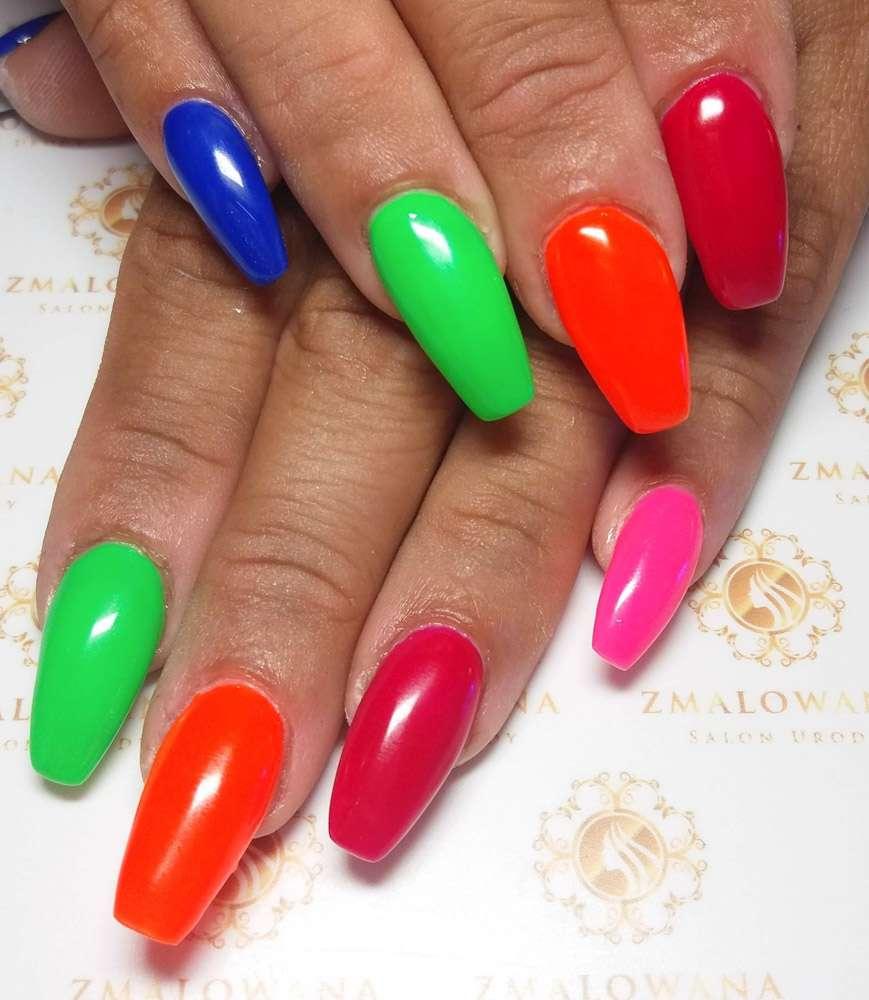 kolorowe długie żelowe paznokcie w trumienke