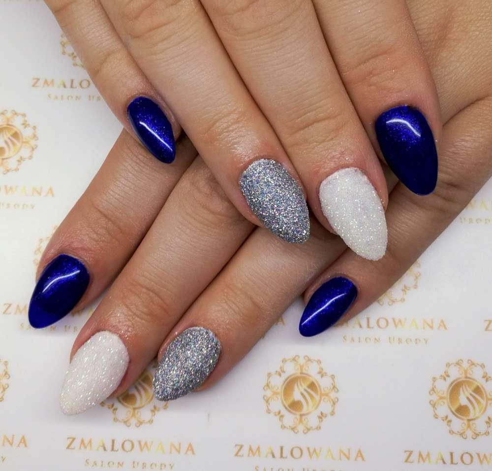 żelowe długie w migdał paznokcie niebieskie,białe, srebne z efektem szronu