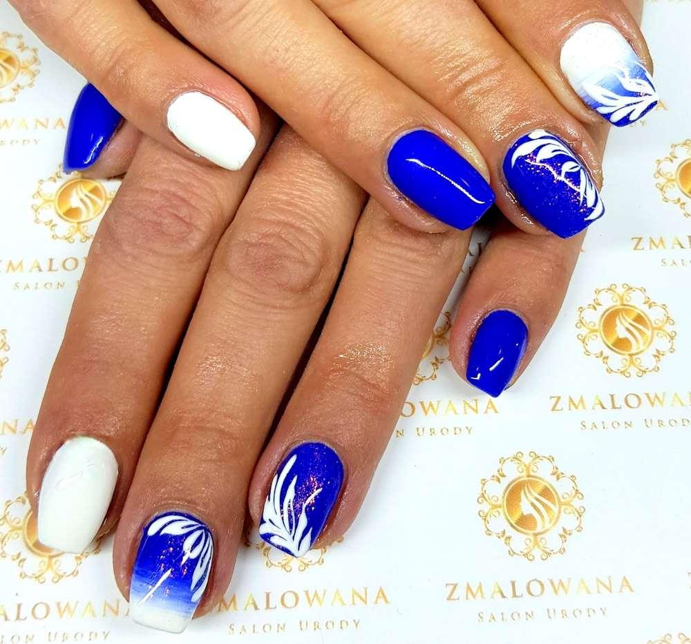 kwadratowe krótkie paznokcie niebieskie i białe z wzorkiem