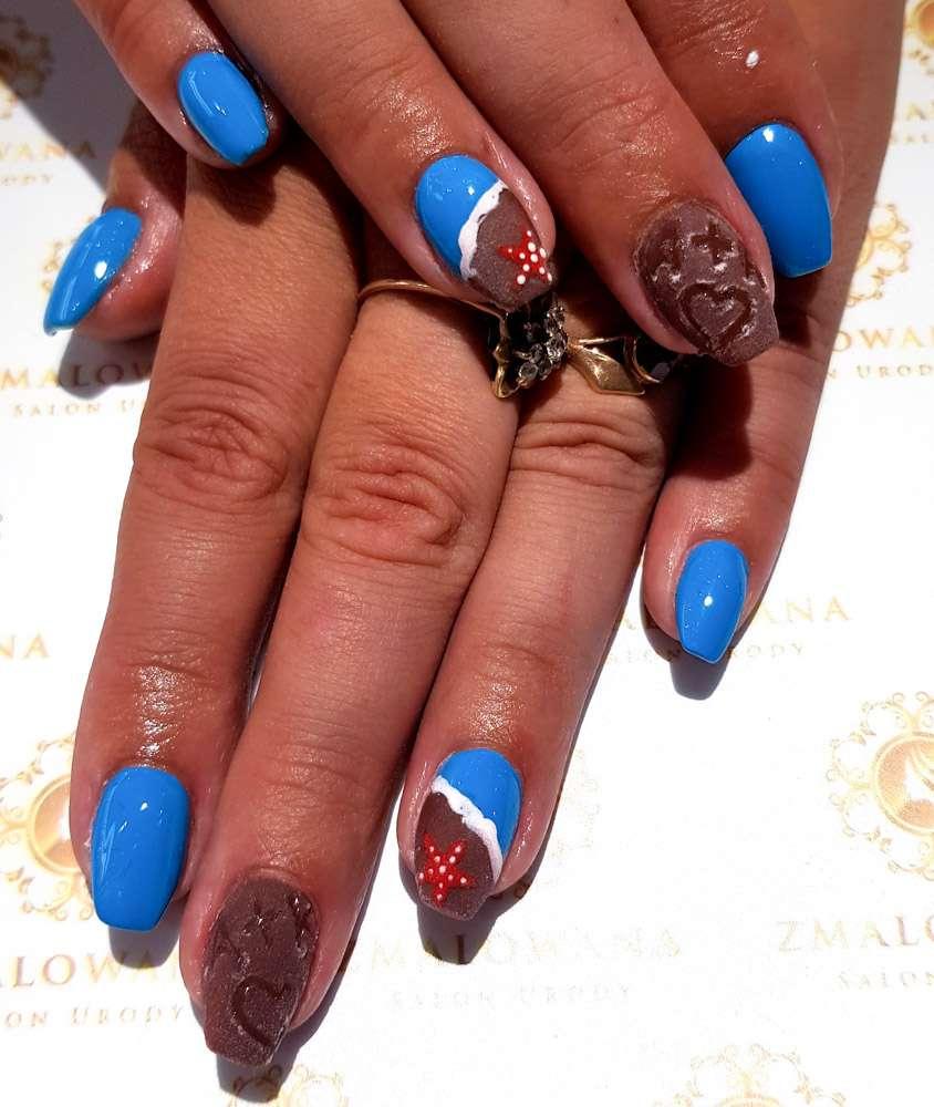 letnie niebieskie i brązowe paznokcie z wzorkiem w kwadrat