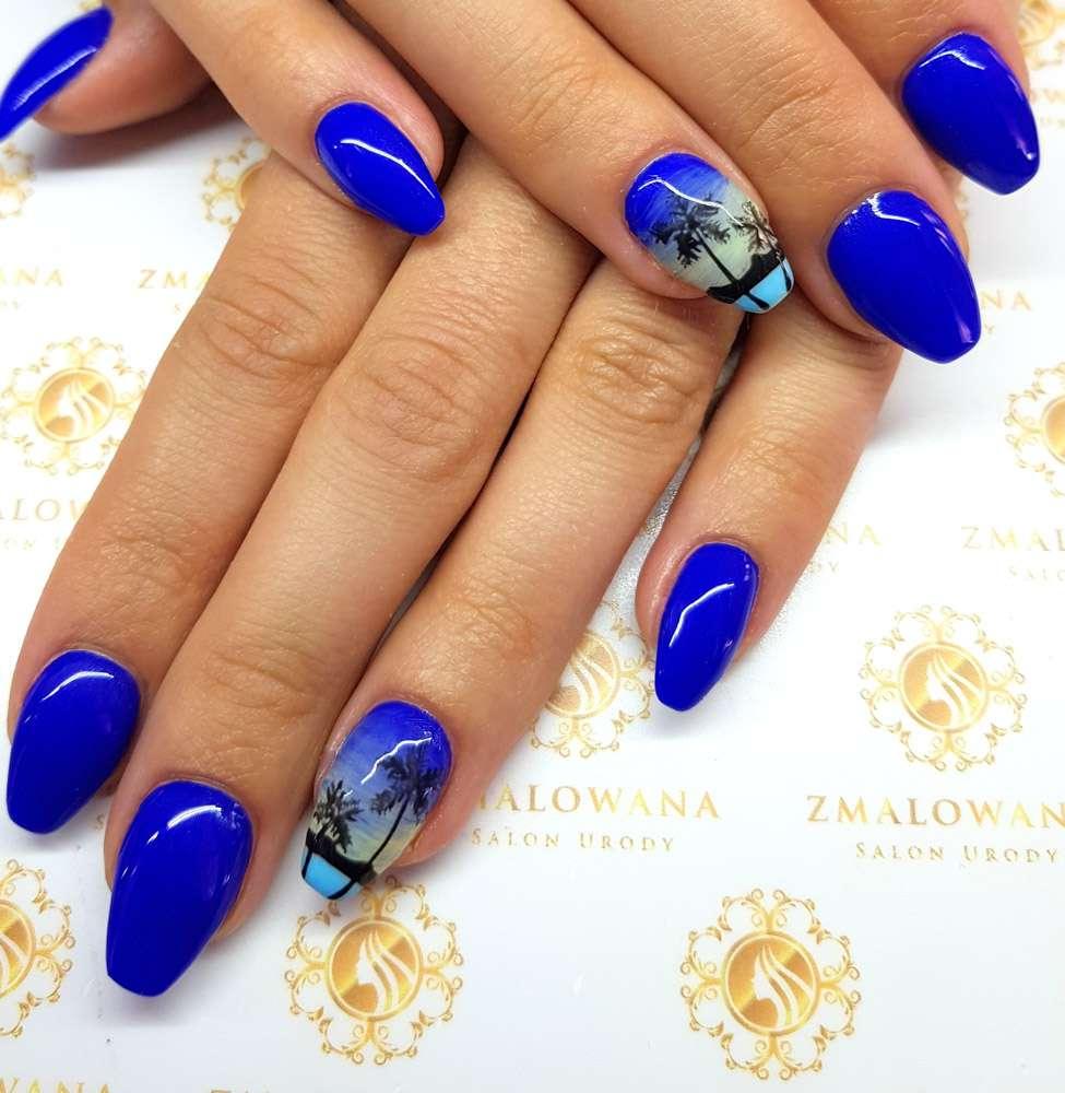 letnie niebieskie paznokcie w palmy, długie w trumienke, żelowe