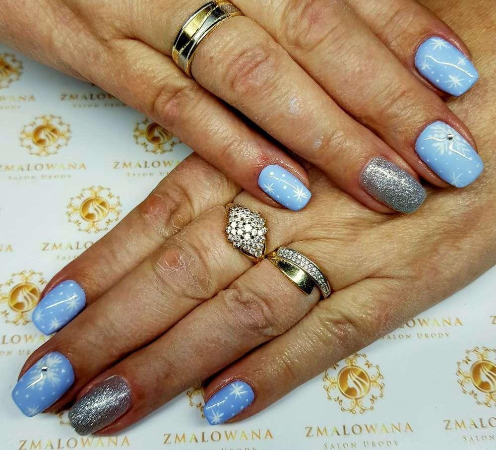świąteczne paznokcie hybrydowe, krótkie, kwadratowe jasno niebieskie z brokatem