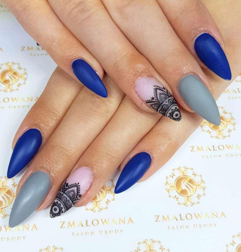 kolorowe żelowe długie z wzorkiem, stempelkiem paznokcie