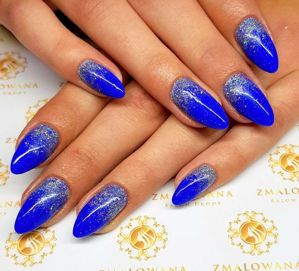 niebieskie żelowe paznokcie z brokatem