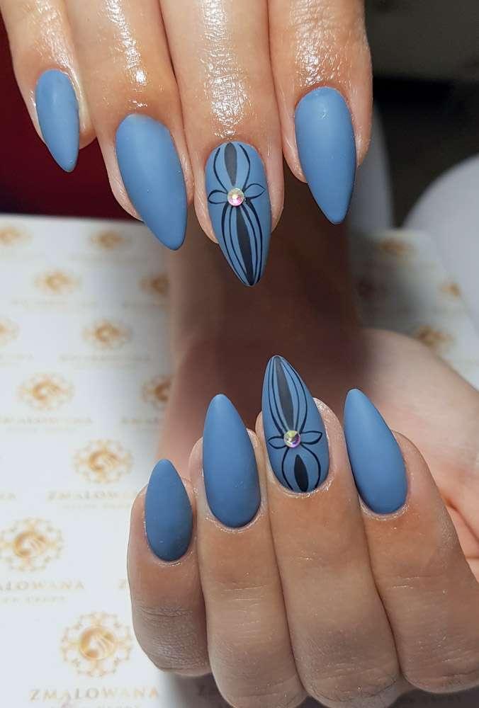 niebieskie z wzorkiem i cyrkoniami paznokcie, długie, hybrydowe