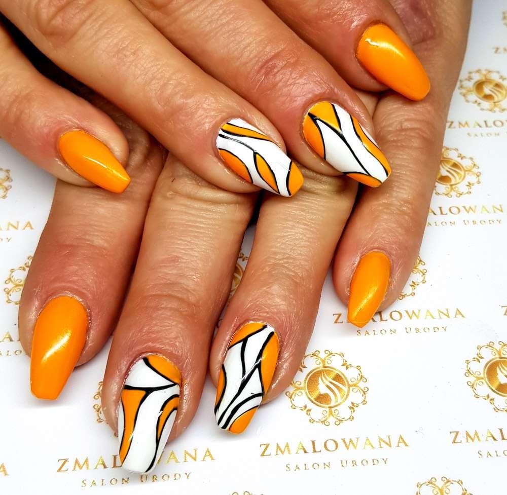 pomarańczowe długie paznokcie żelowe w trumienke z wzorkiem