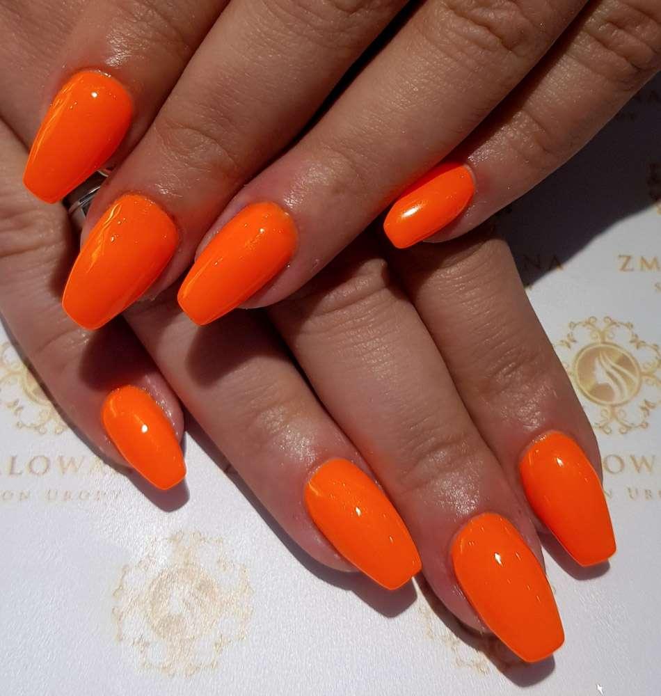 długie paznokcie żelowew trumienke neonowe, pomarańczowe