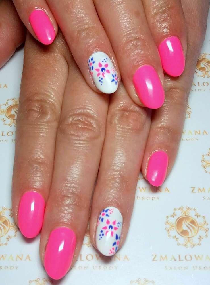 różowe krótkie paznokcie hybrydowe okrągłe z wzorkiem, kwiatkami
