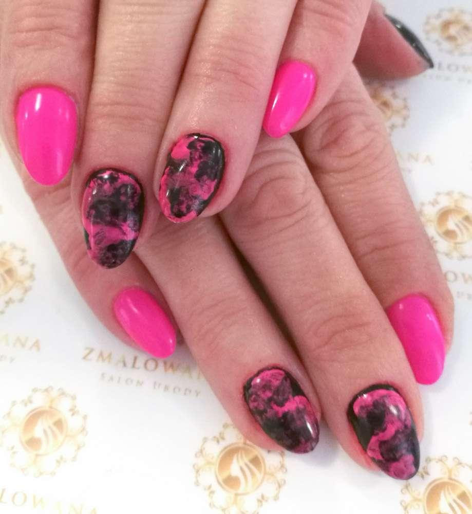 różowe paznokcie okrągłe hybrydowe z wzorkiem
