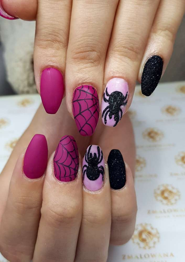 kolorowe paznokcie w truminke żelowe z pajakiem i pajączyną. wzorkiem