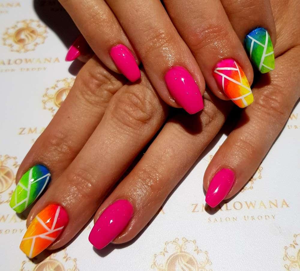 różowe długie paznokcie w kwadrat żelowe z kolorowym wzorkiem
