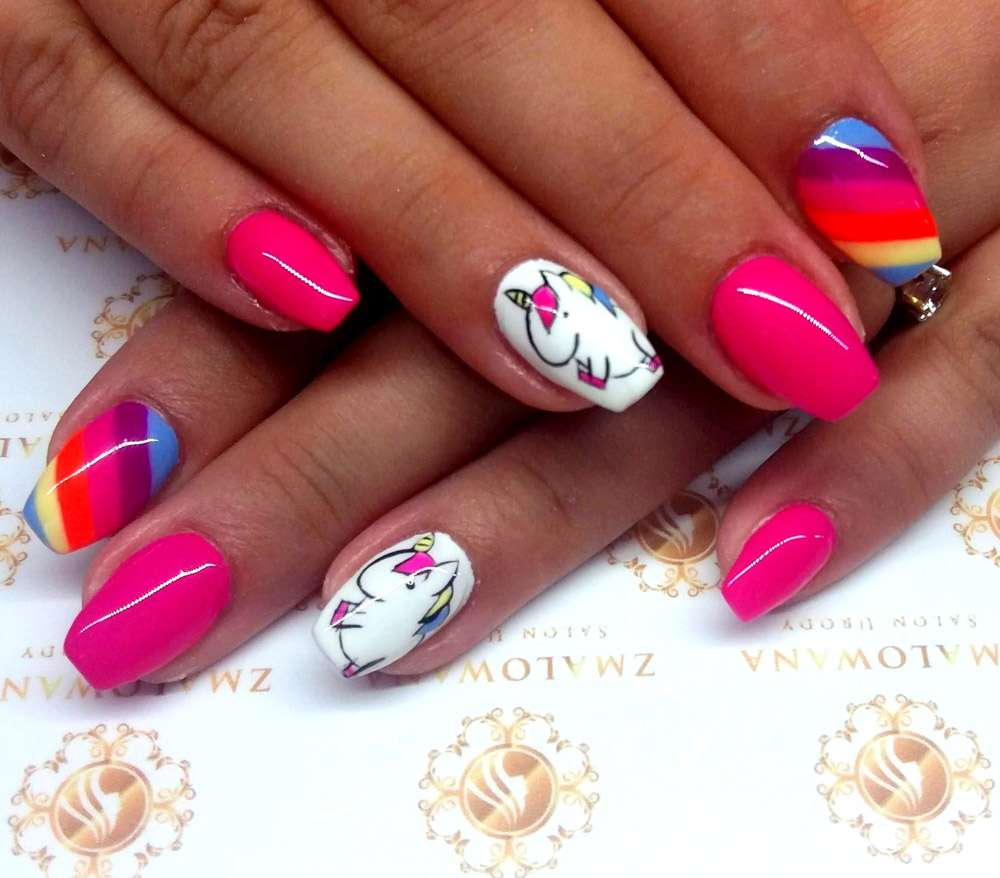 krótkie różowe paznokcie w kwadrat z kolorowym wzorkiem i jednorożcem