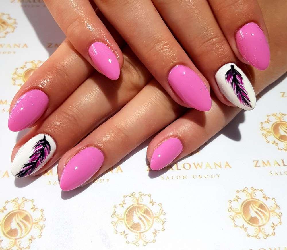 długie hybrydowe paznokcie różowe z piórkiem, wzorkiem