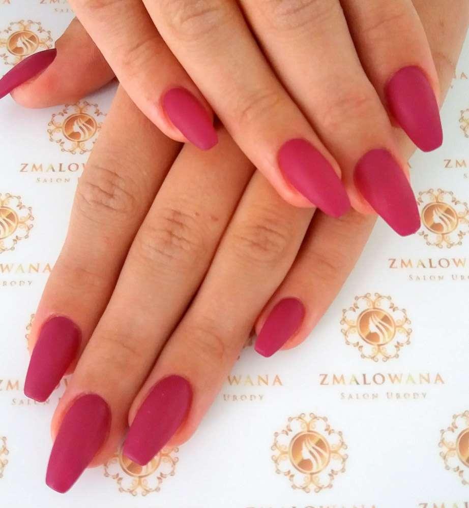 długie różowe paznokcie hybrydowe w trumienke, matowe
