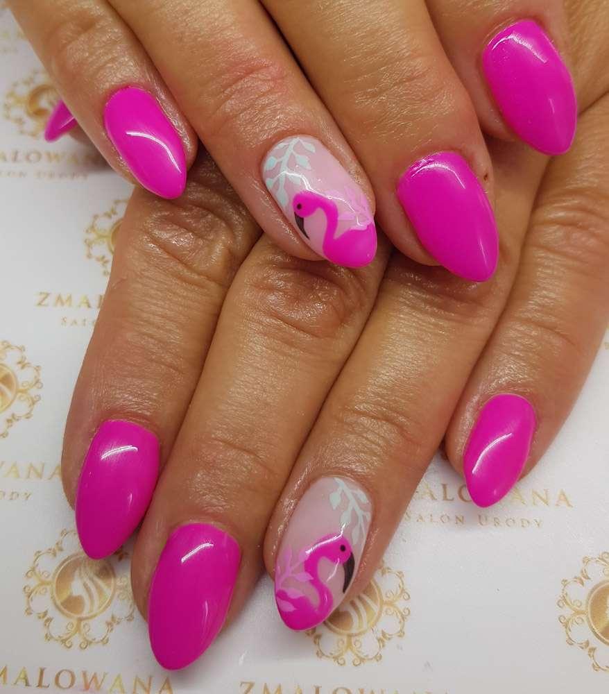 różowe paznokcie w migdał hybrydowe z flamingiem