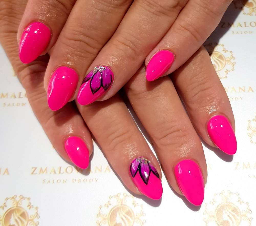 różowe długie paznokcie żelowe w migdał z wzorkiem i cyrkoniami