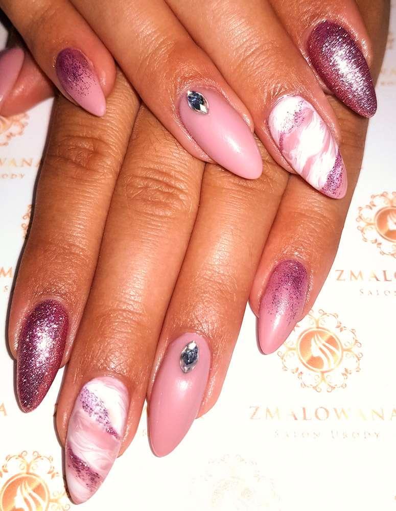 różowe długie paznokcie żelowe z brokatem, wzorkiem i cyrkoniami