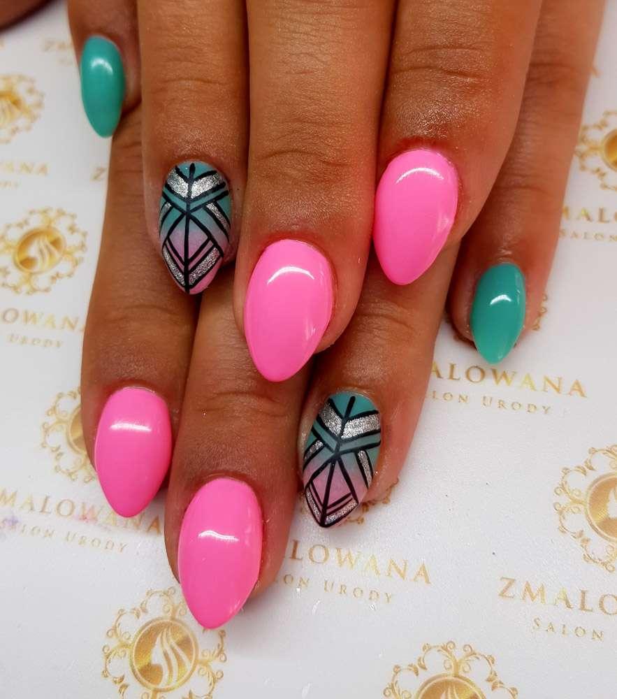 różowe paznokcie żelowe w migdał z wzorkiem