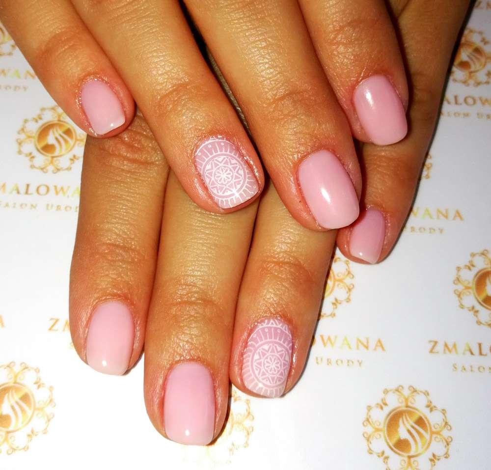 delikatne różowe krótkie paznokcie hybrydowe ze stempelkiem , wzorkiem