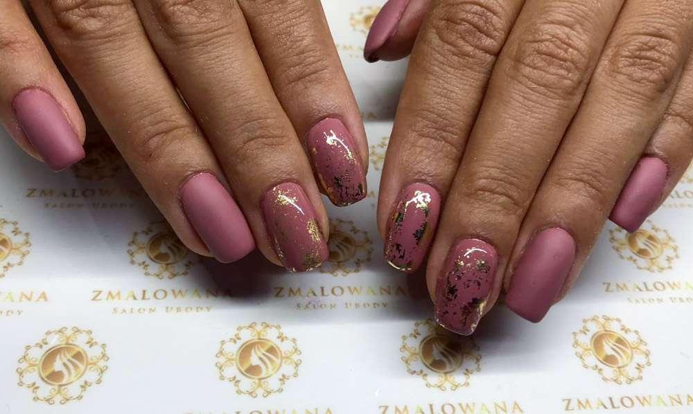 różowe paznokcie hybrydowe z folia transferową krótkie w kwadrat i matowe