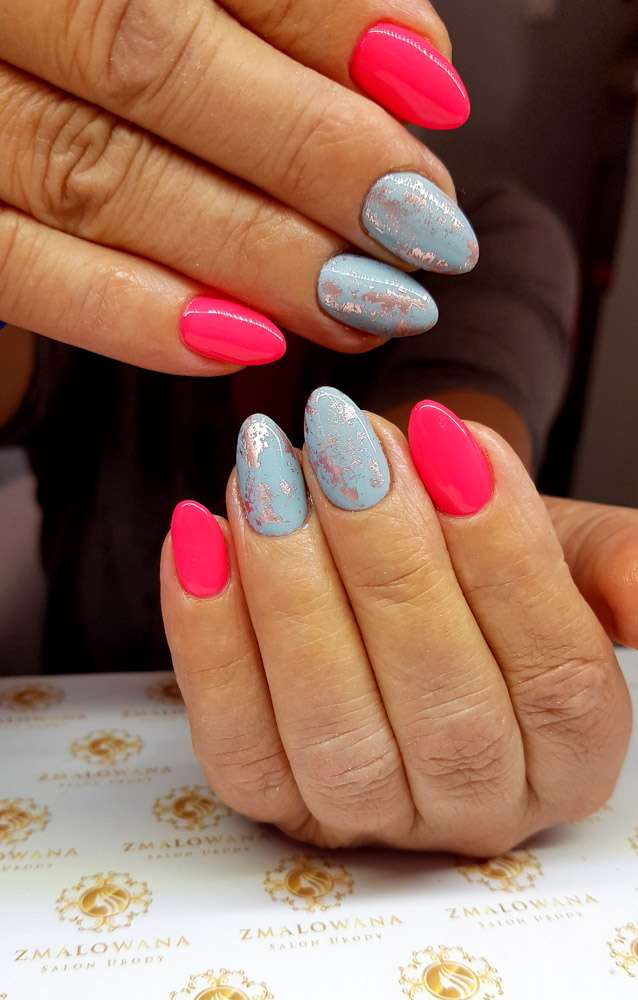 kolorowe paznokcie w migdałki hybrydy z foilą transferową