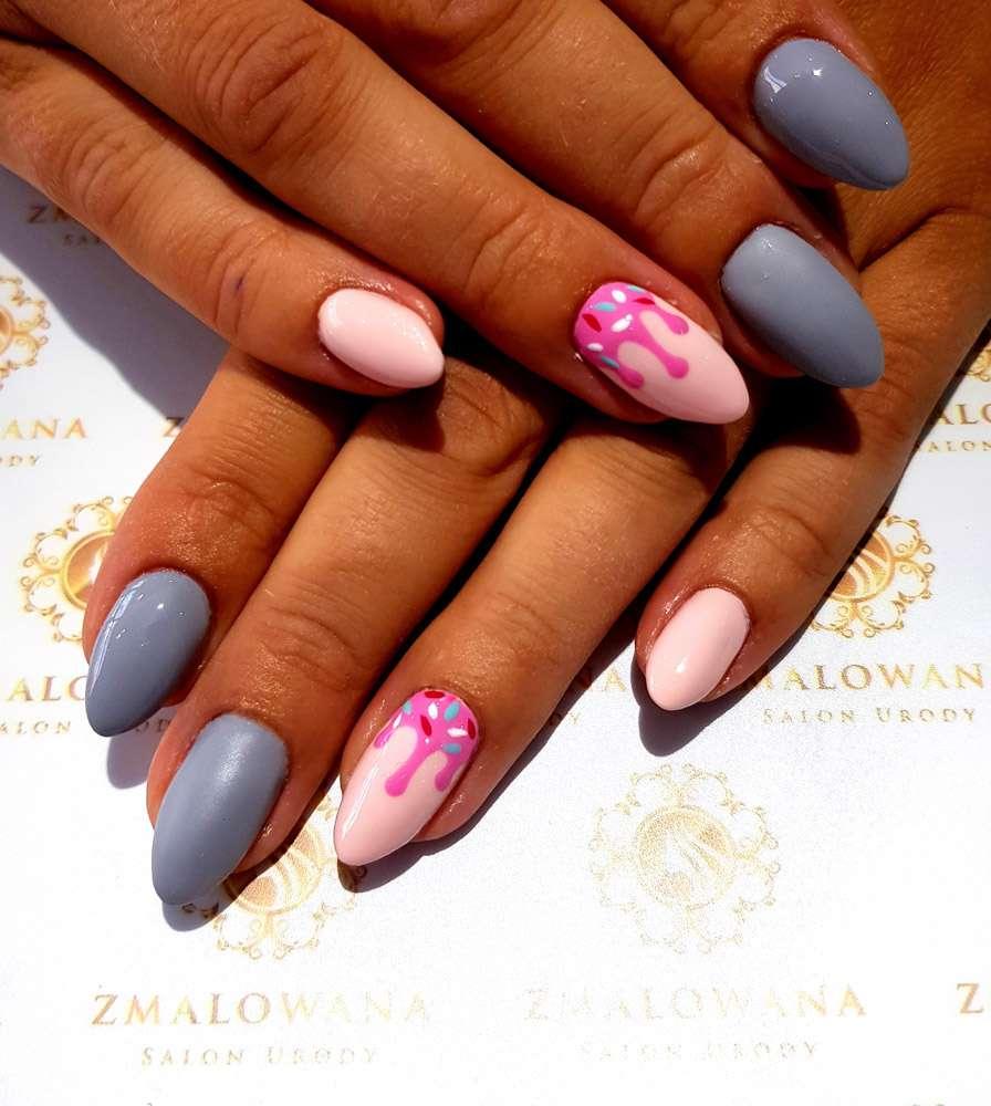 długie migdałki paznokcie żelowe z wzorkiem szaro różowe