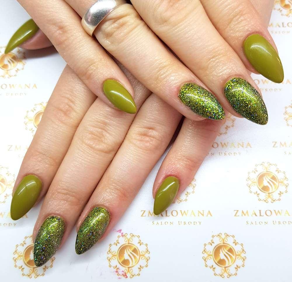 zielone długie w migdał paznokcie żelowe z brokatem